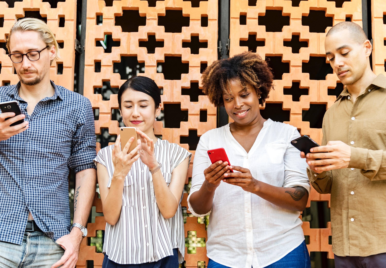 Erwachsene am smartphone