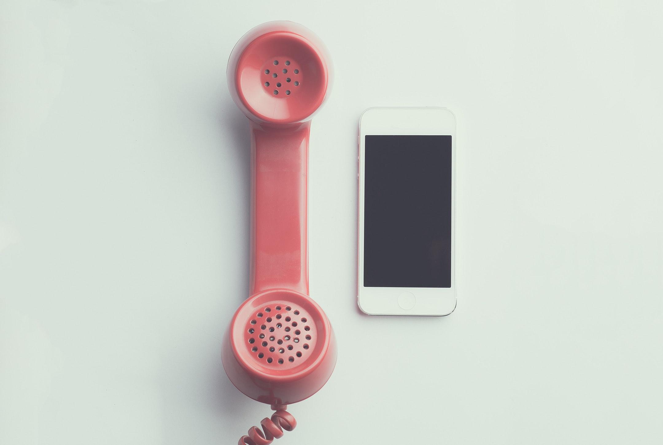 rosa Telefon neben iPhone