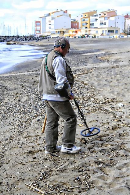 Mann am Strand mit Detektor